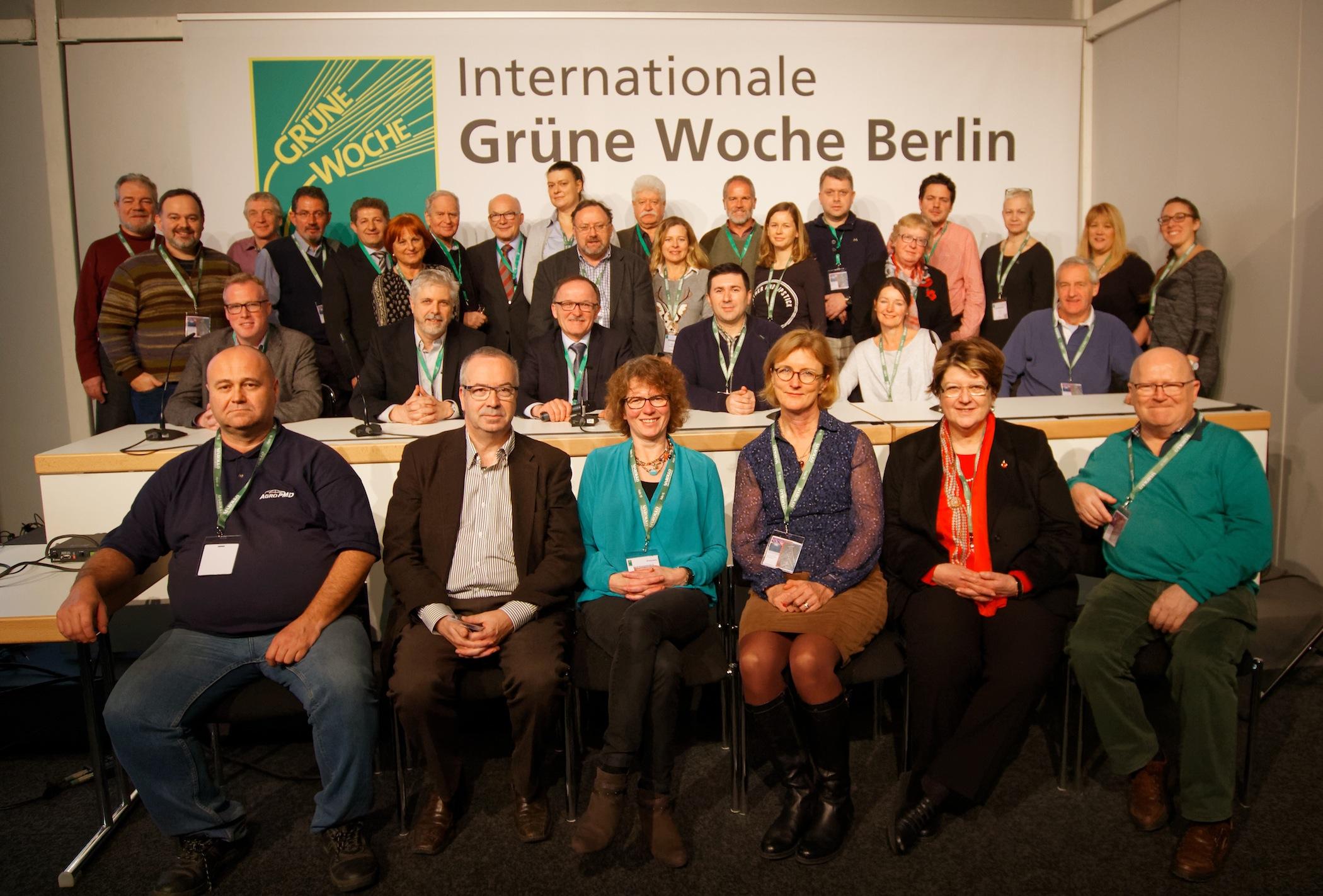 IFAJ's Eksekutivkomite (repræsentantskab) Samt Enkelte Gæster. Billedet Er Taget På Messen Grüne Woche I Berlin, Som Var Sponsor For Mødet. Foto: Steve Werblow.