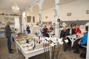 Susanne Vind, som ejer Sanderumgaard sammen med sin mand Erik Vind, bød velkommen i den gamle herskabsstald, hvor der i dag er indrettet butik og café. Foto: Claus Haagensen