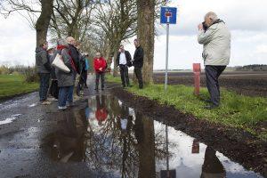Driftsleder Henrik Terp (stående foran det høje træ) fortalte om landbruget på Sanderumgaard. Foto: Claus Haagensen