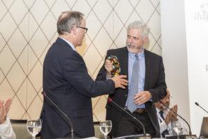 Markus Rediger videregiver som afgående præsident koklokken til nyvalgte præsident Owen Roberts.