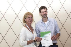 Som generalsekretær for IFAJ var det Riita Mustonen, der overrakte priserne til vinderne. Her er det Matthew Cawood, der fik en udmærkelse for sit Star Prize bidrag
